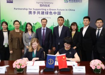 The $200 million A loan agreement was signed today by Director of ADB's Private Sector Financial Institutions Division Ms. Christine Engstrom (left, seated) and MFL President Ms. Wan Xiaofang (right, seated) in Beijing. Senior staff from ADB and MFL also attended the signing ceremony.