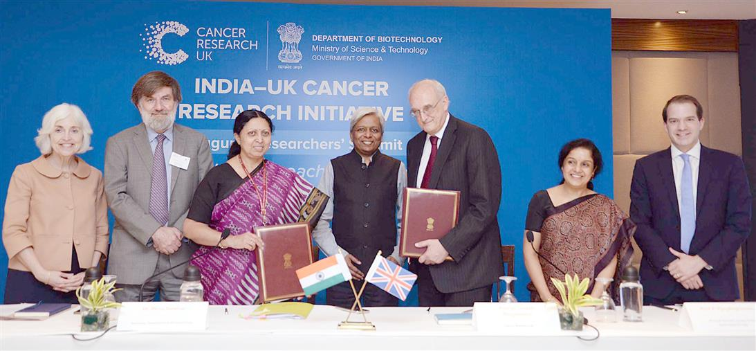 """The Secretary of Department of Biotechnology, Dr. Renu Swarup and the Chairman, Cancer Research UK, Prof. Sir Leszek Borysiewicz signed the Memorandum of Understanding (MoU) on """"India-UK Cancer Research Initiative for Affordable Approaches to Cancer"""", in New Delhi on November 14, 2018. The Principal Scientific Adviser to the Government of India, Prof. K. Vijay Raghavan is also seen."""