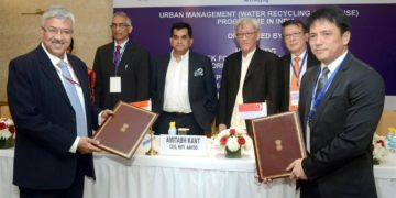 The CEO, NITI Aayog, Amitabh Kant, the Secretary, Ministry of Drinking Water and Sanitation,Parameswaran Iyer and the High Commissioner of Singapore to India, Mr. Lim Thuan Kuan witness the signing of a collaboration agreement between NITI Aayog, SCE & TEMASEK, at the Capacity Building Programme for Urban Water Management, organised by the NITI Aayog, in New Delhi on November 26, 2018.