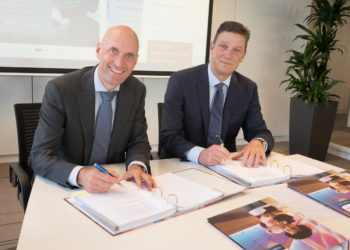rnst Kuipers, Chairman of the Board of Erasmus University Medical Center (left) and Henk Valk, General Manager Philips Benelux (right) sign long term strategic partnership for hospital-wide ultrasound.