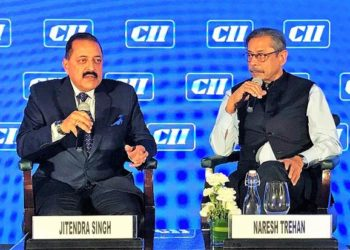 """The Minister of State for Development of North Eastern Region (I/C), Prime Minister's Office, Personnel, Public Grievances & Pensions, Atomic Energy and Space, Dr. Jitendra Singh and the Renowned Cardiologist, Dr. Naresh Trehan at """"India Health Summit 2018"""", in New Delhi on November 29, 2018."""