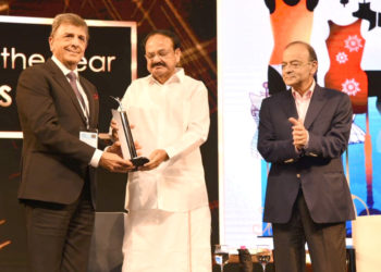 The Vice President, Shri M. Venkaiah Naidu giving away the Emerging Company of the year Award to Page Industries, at the Economic Times Awards 2018 for Corporate Excellence, in Mumbai on November 17, 2018. The Union Minister for Finance and Corporate Affairs, Shri Arun Jaitley is also seen.