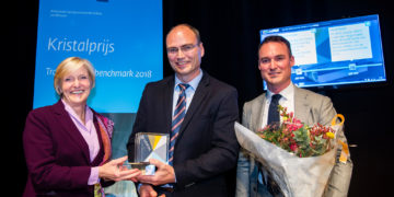 Philips has been awarded the prestigious Dutch 'Crystal Prize'. (Left to right) Monika Milz, chair of the jury, Marco Baren (Head of Supplier Development & Sustainability at Philips) and Dylan McNeill (Supplier Sustainability Manager at Philips). Photo Philips - Frank van Beek