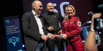 from left; Bjørn Ivar Moen, acting CEO of Telenor Norway, Sigve Brekke, President & CEO of Telenor Group, and paramedic Anne Elisabeth Hengna.