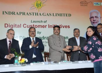 """The Union Minister for Petroleum & Natural Gas and Skill Development & Entrepreneurship, Dharmendra Pradhan felicitating the PNG customer at the launch of the """"Digital Customer Initiatives"""" of Indraprastha Gas Limited (IGL), in New Delhi on December 21, 2018."""