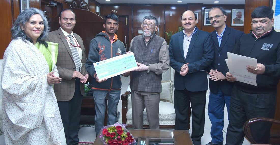 The Minister of State for Labour and Employment (I/C), Santosh Kumar Gangwar honouring Siddhu Siddrameshwar Humanabade who saved 10 lives in fire accident which broke out in Kamgar ESI Hospital, Mumbai, in New Delhi on December 31, 2018. The Secretary, Ministry of Labour and Employment,Heeralal Samariya is also seen.